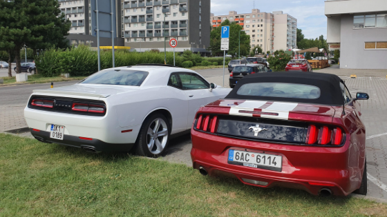 Dodge Challenger a Mustang Cabrio